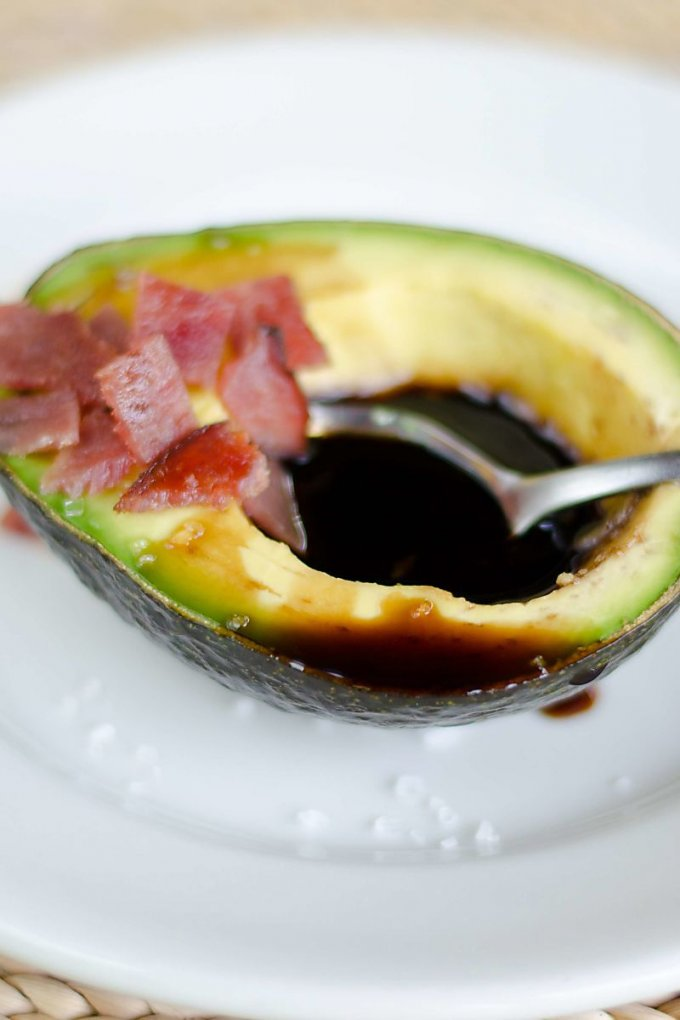 Avocado boast with bacon and balsamic vingar