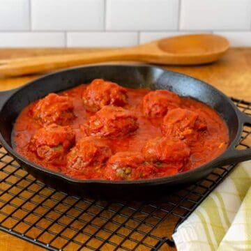 Meatballs without breadcrumbs baked with sauce
